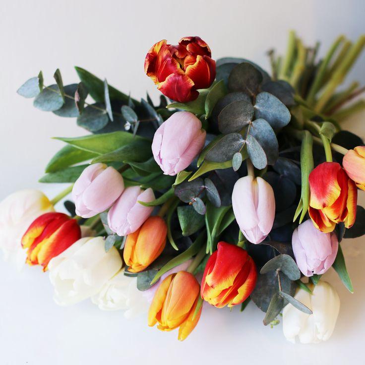 En ljuvlig bukett med tulpaner i blandade färger!