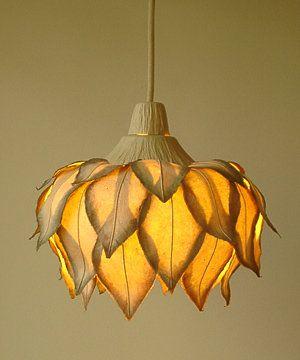 Curiosas lámparas para colgar en el techo con la forma de enormes flores. Las lámparas adquieren un nuevo aspecto y color cuando pasa la luz a través de sus pétalos.