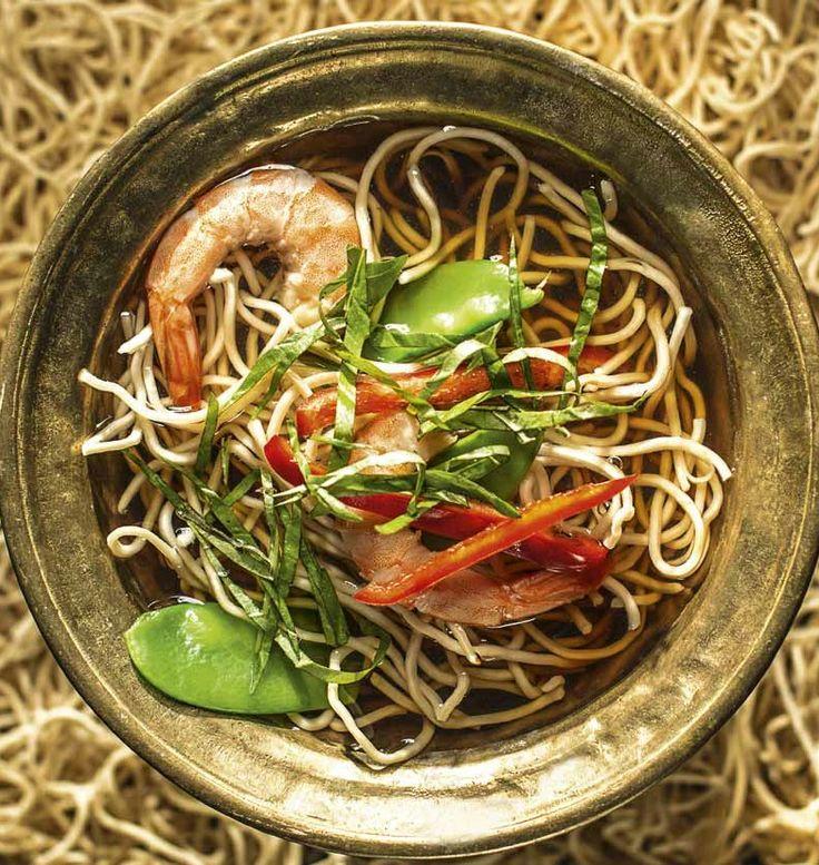 Bulion azjatycki z chow mein i krewetkami