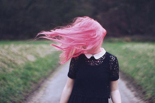 Pelo rosa al viento