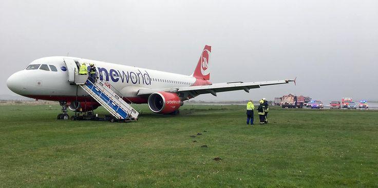 Ein Airbus A320 der Fluggesellschaft Air Berlin steht am Flughafen von Sylt auf einer Wiese.