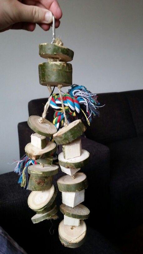 Zelf gemaakt speelgoed voor je parkiet of dwergpapegaai. Materiaal heeft nog geen €2,- gekost!