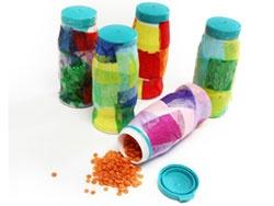 """shakers ( vullen met allerlei materiaal, zodat er ook verschillende geluiden onstaan) van kleine yoghurt-drink flesjes. Je kan er ook  een leuk spel van maken door telkens 2 met de zelfde """"vulling"""" door de kinderen bij elkaar laten zoeken."""