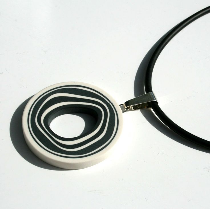 Rund stor svartvitt halsband via marieolofssonwebshop. Click on the image to see more!
