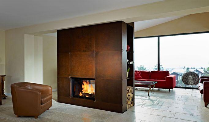 Kamin Jade Mit seiner flachen Scheibe, auf den ersten Blick eher klassisch und kompakt anmutend, tritt schnell seine Vielseitigkeit zutage. #Fireplace #Kamin #HomeDecoration