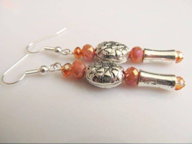 Oorbellen Sandy ovale bewerkte kraal met aparte buiskraal en kristalglas rondellen in zalm en bruin-oranje. geheel verzilverd