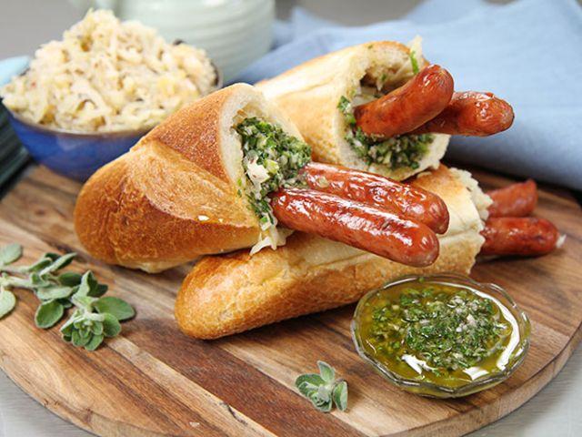 Grillad korv med baguette och chimichurri (kock Tommy Myllymäki)