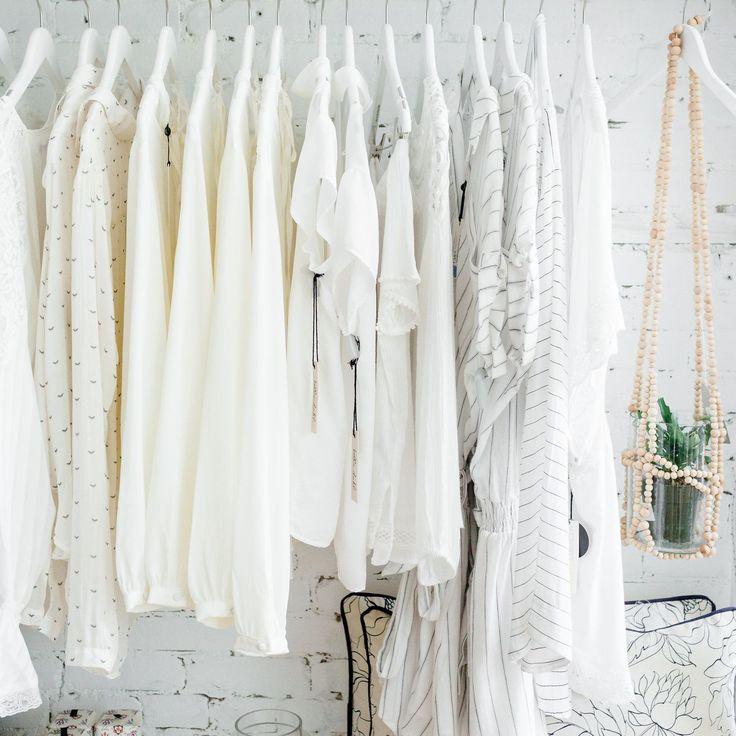 If you never have enough of white raise your hand!  .............................. Si tu aimes le blanc lève la main!  #monvestibule