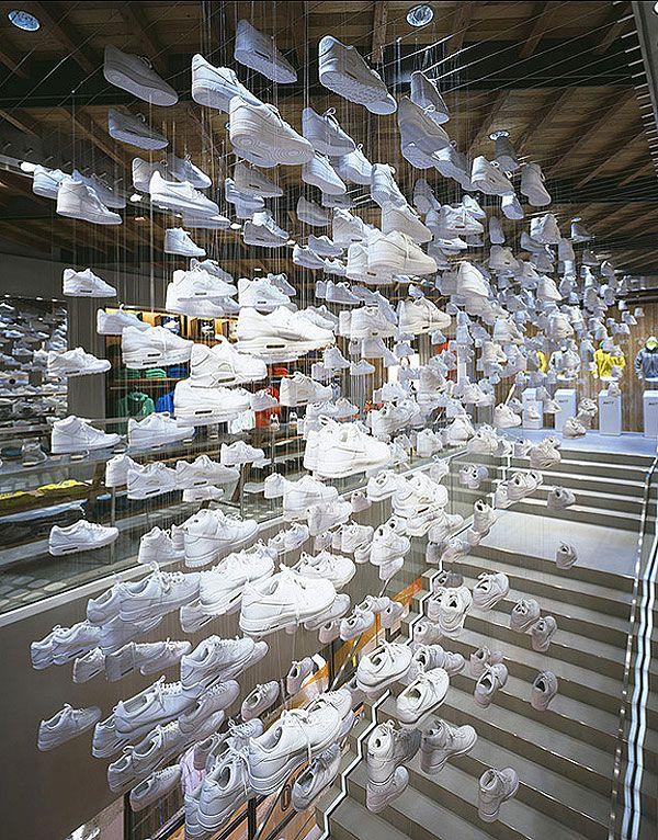 Google Image Result for http://comunicadores.info/wp-content/uploads/2010/01/nike-flagship-harajuku-4.jpg