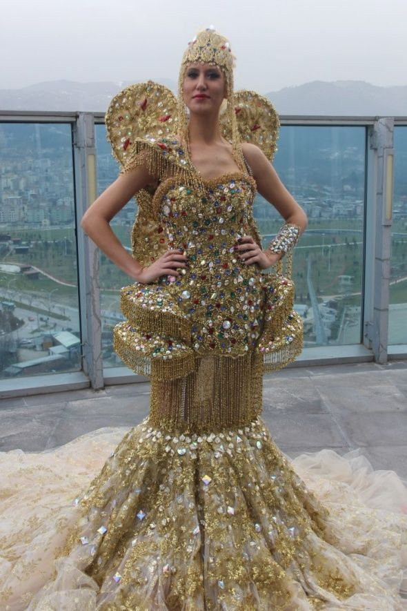 Dünyanın en pahalı gelinliği unvanına sahip olan 'Altın Melek' adlı gelinlik, 900 adet altın, zümrüt, yakut ve safir taşları ile Hint kumaşından yapıldı. 2014 yılında Dubai Arap şeyhi için hazırlanan 1 milyon Euro'luk altın gelinliğin ardından, ilgi üzerine arkasına kelebek de takılarak yapılan 1 buçuk milyon Euro değerindeki Altın Melek, gözleri kamaştırıyor.