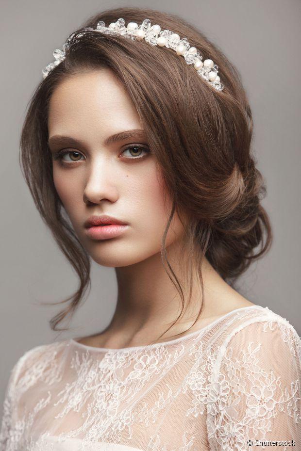 Deixar o penteado preso de forma frouxa é recurso para criar estilo casual