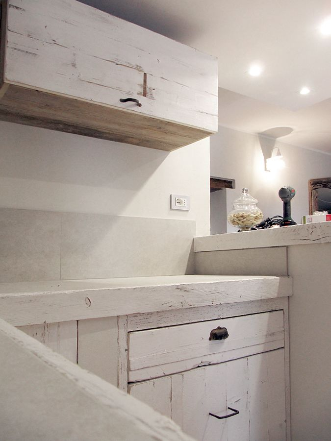 IT / sportelli, cassetti e pensili cucina in legno di recupero sbiancato e invecchiato con maniglie vintageEN / doors, drawers and kitchen cabinets in reclaimed wood bleached and aged with vintage handles