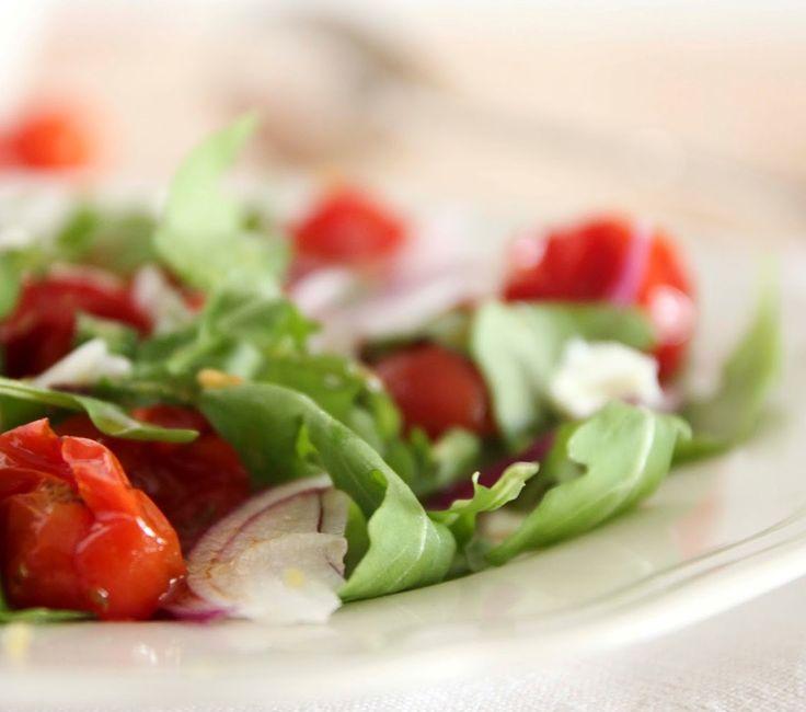 O tomate-cereja assado fica com um interessante travo doce que contrata com a cebola roxa