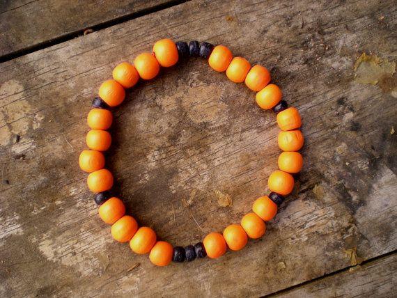 Pulsera elástica con cuentas de madera naranjo por ArtesaMia