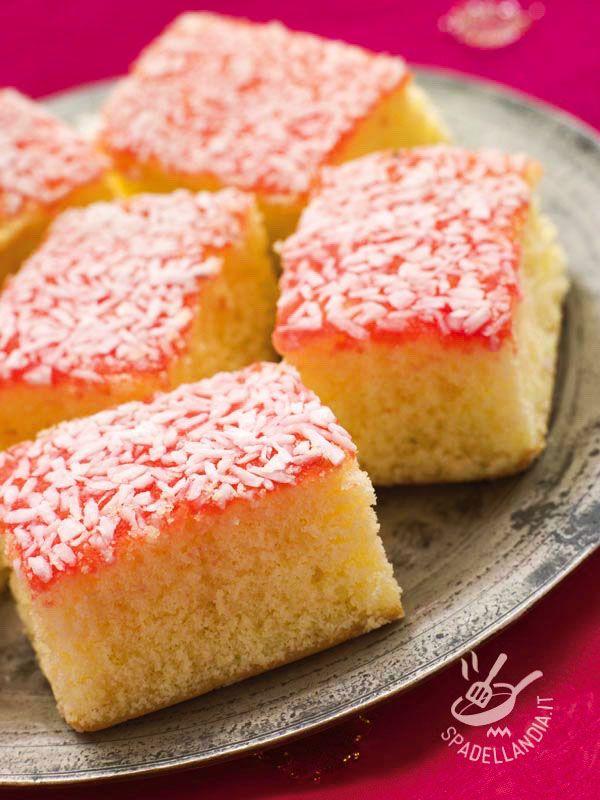 La Torta al cocco e marmellata è un dolce da forno facile e veloce, ideale per quando si ha voglia di qualcosa di buono ma non si ha molto tempo.