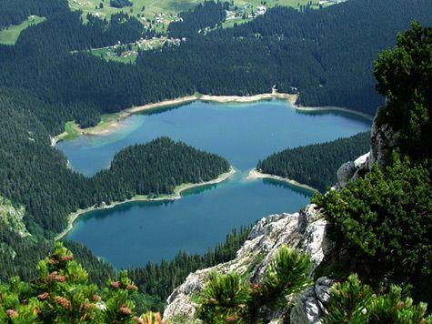Montenegro -  Durmitor Crno_jezeroLago Negro, conhecido localmente como Crno Jezero. O Lago Negro tem duas metades - Big Lake (o lago grande), e Small Lake (o lago pequeno).
