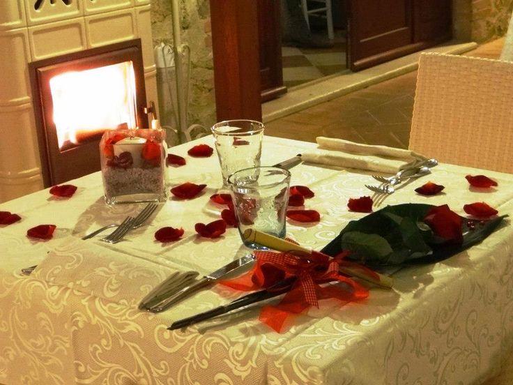 Tavolo con petali di fiore e rosa rossa per una Cena Romantica di San Valentino al Ristorante Romantico Taverna di Bibbiano tra Colle di Val d'Elsa e San Gimignano (Siena)