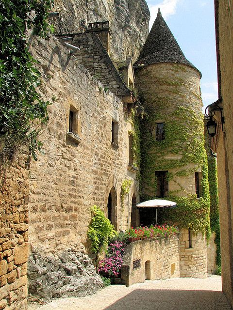 Medieval streets of La Roque Gageac, Aquitaine, France (by Vins64).