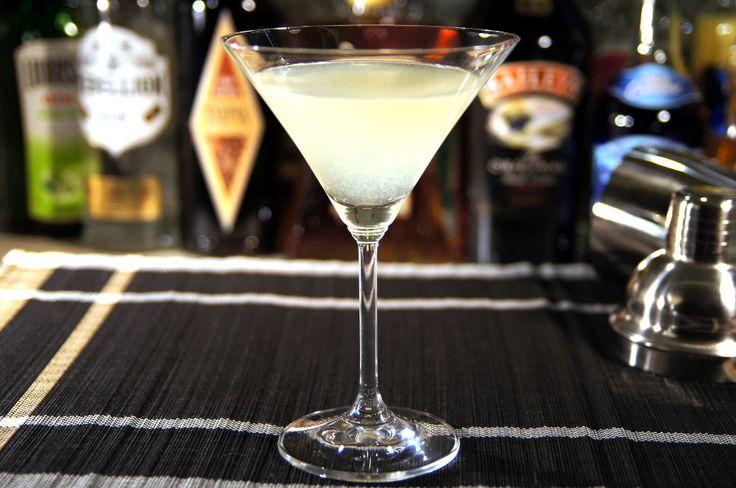 Kamikaze (Kamikadze) to kolejny drink z oficjalnej listy koktajli IBA (International Bartenders Association). W Polsce o wiele bardziej popularne jest Niebieskie Kamikadze, które spożywa się jako shoty. Natomiast drink, który tu prezentujemy najlepiej jest podawać w kieliszku do koktajli. Oczywiście nic nie stoi na przeszkodzie, aby również i jego rozlać do kieliszków, i pić jako shoty. Przygotowanie drinku jest bardzo proste. Składa się z trzech składników: wódki, likieru triple sec oraz…
