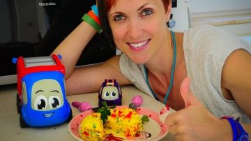 Видео для детей. Готовим вместе. Маша и машинки готовят ОМЛЕТ в микроволновке http://video-kid.com/15753-video-dlja-detei-gotovim-vmeste-masha-i-mashinki-gotovjat-omlet-v-mikrovolnovke.html  Детское шоу ГОТОВИМ ВМЕСТЕ  это видео для детей о том, как Маша на кухне готовит омлет в микроволновке. Машинка Фиалочка еще очень маленькая, и она не может сама включать плиту. Но она очень любит готовить и узнавать новые рецепты. Тогда Маша предлагает ей приготовить омлет в микроволновке. Как…