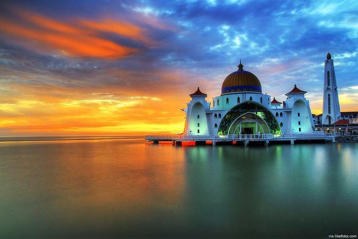 O nome desta mesquita é Masjid Selat e foi construida no estreito de Malaca(Malaka). Além de ser uma peça de arquitectura tem a particularidade de parecer flutuar conforme as oscilações da maré.