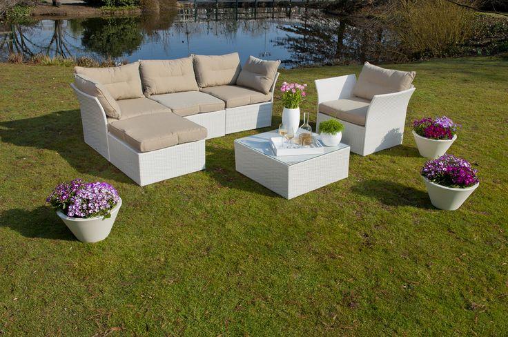 Nei giardini più spaziosi i salotti all'aperto sono la soluzione perfetta per accogliere gli amici #outdoor #garden #living #area #sofa