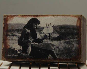 Ξύλινη μπιζουτιέρα, 12,5χ7εκ. Φωτογραφία τραβηγμένη τη δεκαετία του '60, σ' ένα χωριό της Κρήτης.