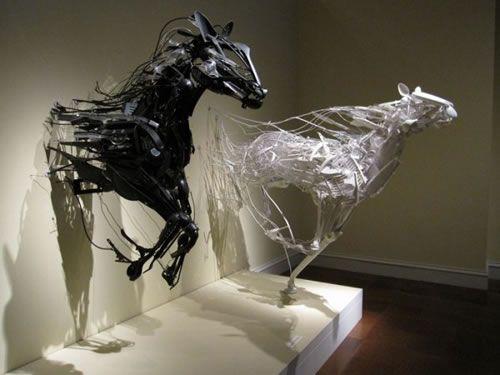 Esculturas de dos caballos hechas de plásticos reciclados por la escultora japonesa Sayaka Kajita Gantz.
