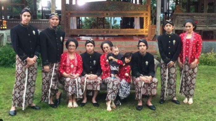 Instagram Ahmad Dhani - Posting Foto Keluarga Kenakan Baju Adat, Netizen Tanyakan Orang Ini