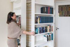 Garderobe soverom Garderoben på soerommet kan være med å oppgradere hele rommet til en «suite»! Gode løsninger gjør ofte at man beholder romfølelsen selv om man får godt med oppbevaring. Noen av løsningene vi bygger rundt sengen er også luftige og svært praktiske. Her viser vi et lite utvalg av hva vi har laget. » ngg_triggers_display=»never» ngg_proofing_display=»0″ ID=»1941″ order_by=»sortorder» order_direction=»ASC» ... Les mer