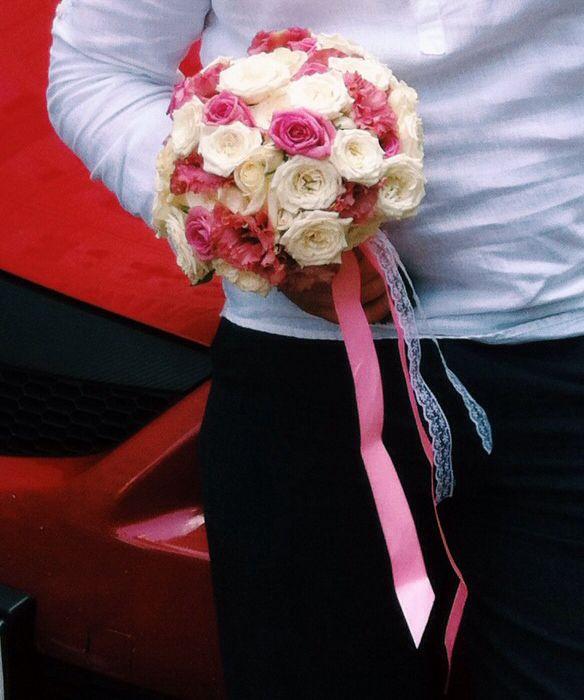 Букет невесты из белых, розовых роз, кустовых белых роз и розового лизиантуса.