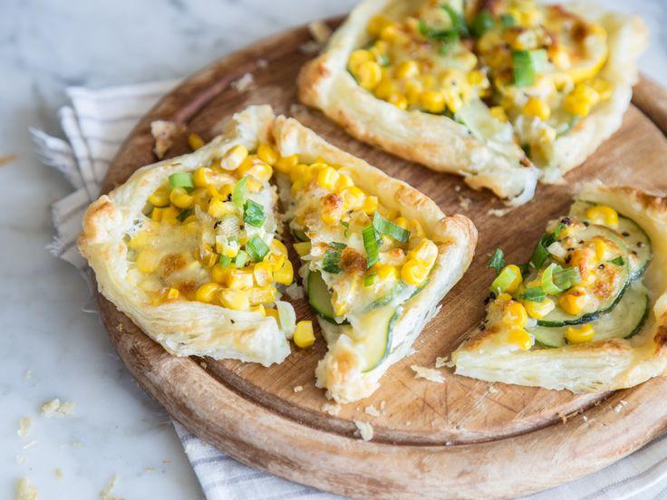 Blätterteigecken mit Mais, Zucchini und Mozzarella