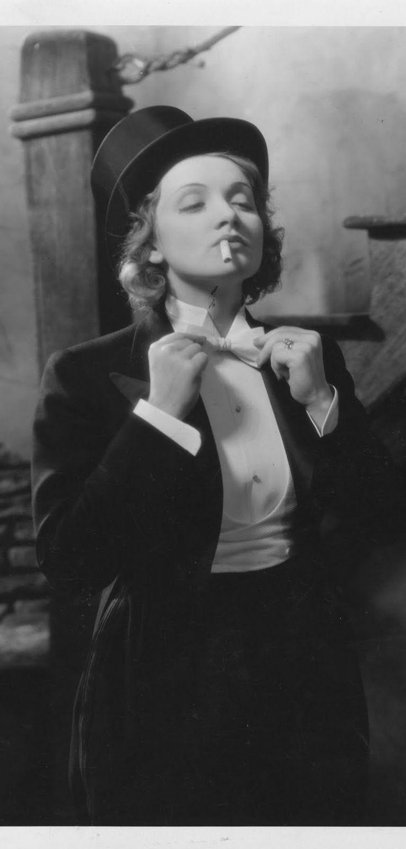 """Marlene Dietrich, ficou famosa ao estrelar o Anjo Azul, 1930, trazendo ao mundo sensualidade misturada com inocência. Estrelou também Marrocos (1930), O Expresso de Shangai (1932). Estrela de Hollywood, seu estilo """"pin up"""" influênciou artistas de várias épocas."""
