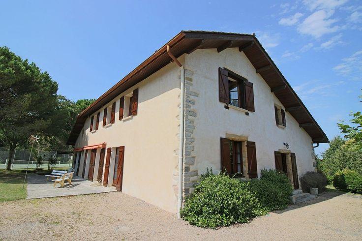 Saint Martin de Seignanx, ancienne ferme rénovée en 1984 sur terrain de 1,5 hectares, à 10 minutes des plages d'Ondres, 7 chambres, tennis, au calme.