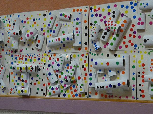 """Voici ma petite contribution autour des pois de Kusama !!! L'idée de base est une structure en rouleaux en carton, peints en blanc (vue chez les cahiers de Joséphine) et collage de gommettes rondes. Mes élèves ont eux-même intitulé leurs réalisations """"Petits pois-carottes""""."""