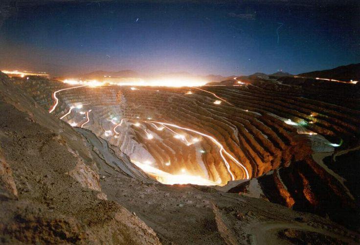 Vista nocturna de mina de cobre de Chuquicamata.Chile
