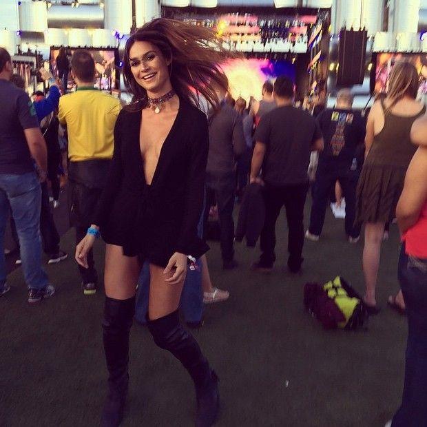 Cadê o sutiã? Thaila Ayala usa blusa sem nada por baixo em Las Vegas