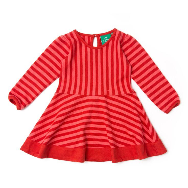 Vores lange ærme 'Stripes Forever' kjole kommer med smukke røde og pink striber, lette pufærmer og en smuk perlemorsknap på bagsiden. Nederdelen har et fuld skørt, så den er perfekt til at danse og snurre i. Et par matchende leggins vil virkelig fuldføre sættet.