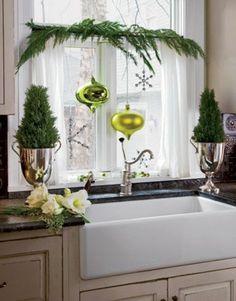 fensterdeko für weihnachten grüne weihnachtskugeln grüne zweige