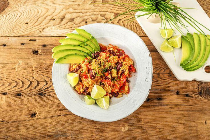 Quinoa-Chili mit Avocadostreifenund Spitzpaprika