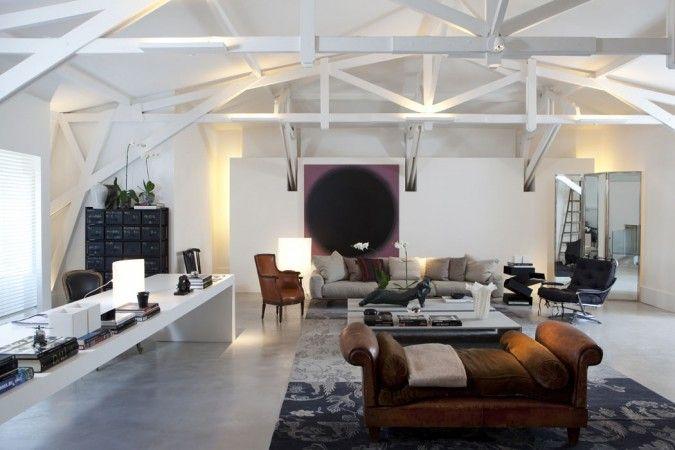 O arquiteto priorizou os tons claros neste ambiente, as tesouras aparentes originais foram valorizadas pela iluminação, dando leveza. Foto por André Klotz