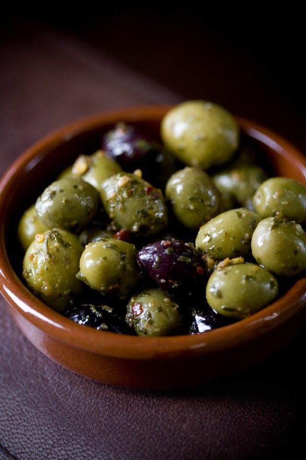 """Diaporama """"APÉRO BLUFFANT : 30 recettes à préparer à l'avance"""" - Olives marinées"""
