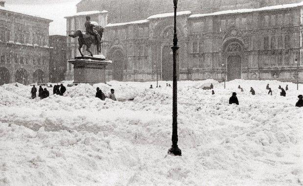 """Quando nevicava a Bologna!  (foto tratta da """"Bologna e  le festività di Natale 1950-2010"""" La Repubblica Bologna)"""