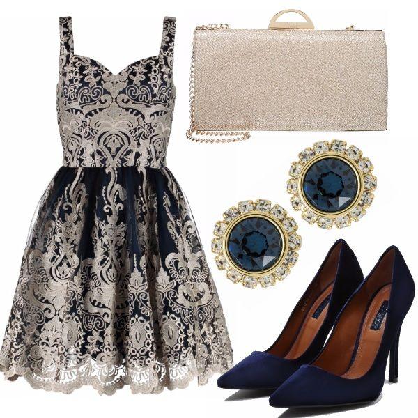 Per la notte di Capodanno l'oro è un classico e diventa sofisticato abbinato al blu notte. Vestito di tulle e ricami in stile Barocco, décolleté di velluto, orecchini in coordinato e pochette gold. Un look opulento e sfarzoso per grandi festeggiamenti.