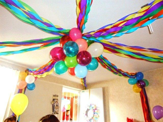 Y la decoracion con globos y papel en el techo!