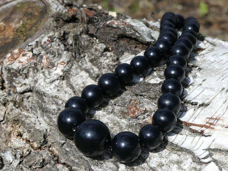 Dřevěné+korále:+Černé+Náhrdelník+z+dřevěných+korálů.+Korále+jsou+lehké,+nabarvené+akrylovou+barvou+a+pečlivě+přelakované+lesklým+lakem.+Jsou+vždy+navlčeny+na+pružnou+gumičku,+takže+je+možné+je+přetáhnout+pohodlně+přes+hlavu.+Velikost+a+počty+korálků:+1x30mm,+2x25mm,+6x20mm,+12x+18mm,+10x+16mm.+Každý+náhrdelník+je+ruční+výroba+a+je+originál.+Na...