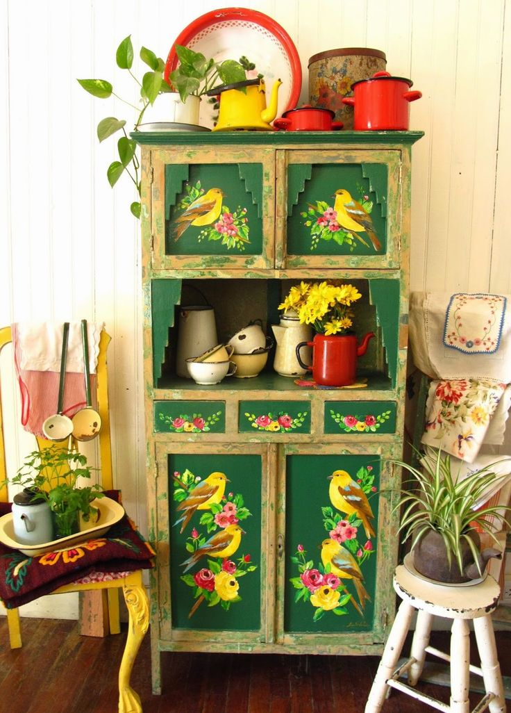 LAS VIDALAS. Beautiful hand painted dresser. I desperately want this, does anyone know if you can get transfers to go on furniture like this? Seeing as I am NEVER going to be able to hand paint like this!