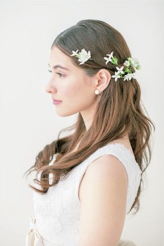 センターパート+ 小花でフェアリー&キュートな花嫁に ウェディングドレス・カラードレスに合う〜ダウンの花嫁衣装の髪型まとめ一覧〜