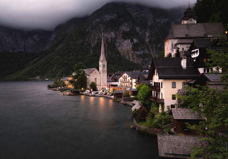 Скачать обои горы, Австрия, дома, деревья, берег, огни, озеро, вечер, сумерки, Hallstatt, скалы, лес, раздел пейзажи в разрешении 3582x2500