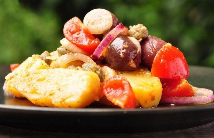 La salade de Pantelleria (insalata pantesca) est un plat froid, typique de l'île de Pantelleria, en Sicile. Préparée à base de pommes de terre, de tomates